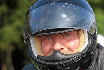 Wall Mural - Potrait Motorradfahrer mit Helm und offenem Visier