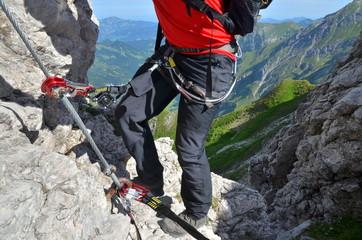 Foto op Aluminium Alpinisme Bergsteiger mit Sicherung am Klettersteig