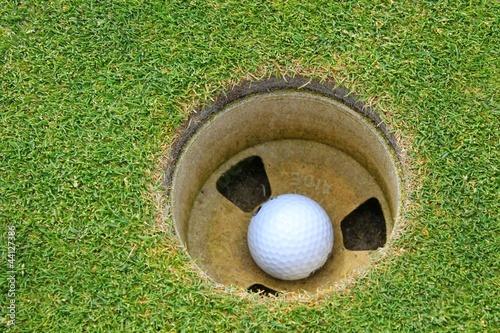 balle de golf dans trou photo libre de droits sur la. Black Bedroom Furniture Sets. Home Design Ideas