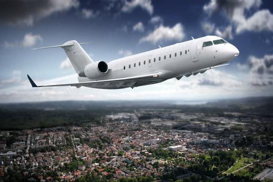Flugzeug über der Stadt