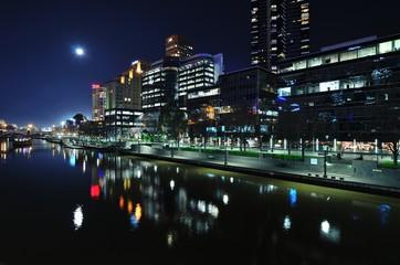 Moderne Architektur bei Mondschein