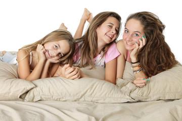 Trois jeune filles souriantes