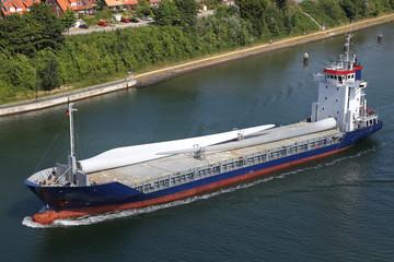 Frachtschiff mit Rotorblättern