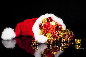 weihnachtsgeschenke fallen aus nikolausmütze
