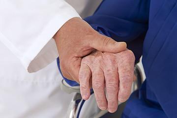 Hôpital - Tenir la main d'une personne âgée