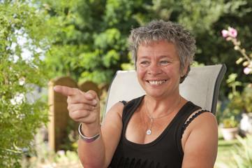 Senior - Portrait de femme dans son jardin