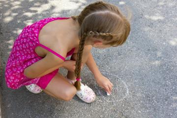 Girl draws on the asphalt 5068