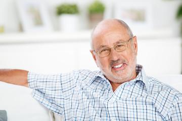 portrait lächelnder älterer mann