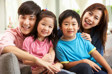 Chinese Family Relaxing On Sofa At Home Fototapete
