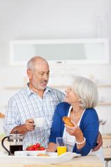älteres ehepaar beim frühstück