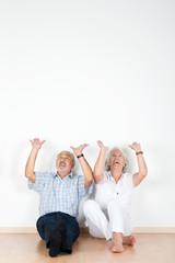 älteres paar trägt etwas auf seinen händen
