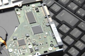 キーボードの上のハードディスクドライブ