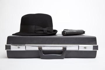 Agenten Koffer mit Hut und Pistole