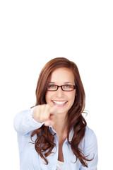 lachende frau zeigt mit dem finger