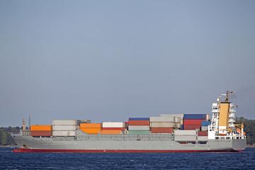 Containerschiff vor dem Nord-Ostsee-Kanal in Kiel, Deutschland