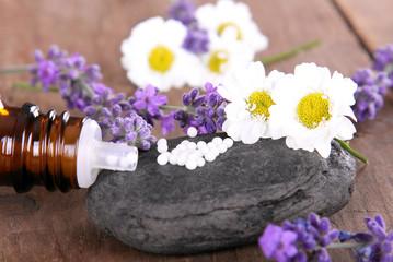 Homöopathische Globuli mit Lavendel und Kamille