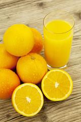 frischer gesunder Orangensaft mit orangen auf einem Tisch