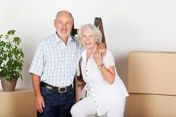 glückliches älteres ehepaar beim umzug