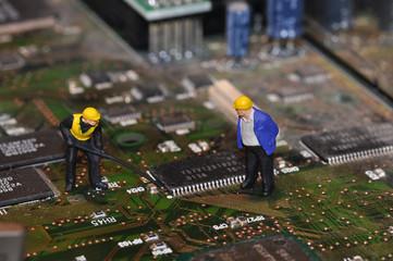 Miniatur Arbeiter auf Mainboard