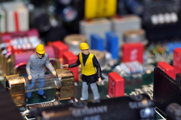 Miniatur Arbeiter auf Mainboard / in Computer