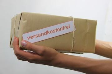 Versandkostenfr. Paket im Händen von Paketbote