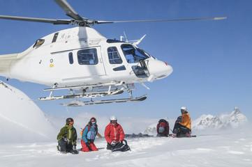 Helikopter hebt im Hochgebirge ab