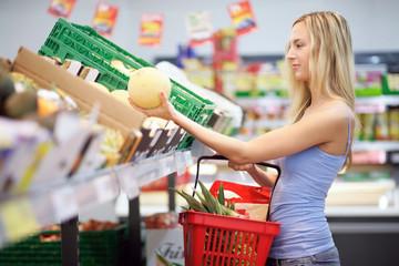 Frau beim Obsteinkaufen
