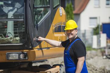 Bauarbeiter an einer Baumaschine