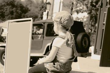 Девочка смотрит на вывеску