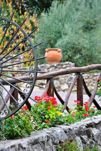 Giardino con staccionata in legno e muri in pietra - Staccionata giardino ...
