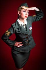 junge Frau in Uniform hält Ausschau