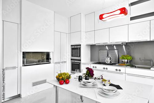 Cucina moderna in laminato bianco con tavolo for Cucina moderna abbonamento
