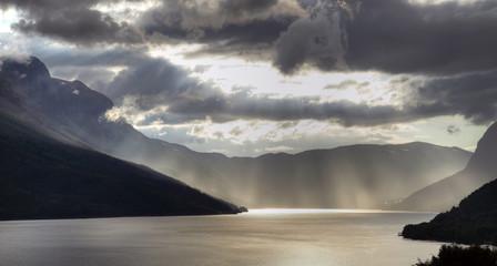 Sonnenstrahlen über einsamen Fjord (Norwegen)