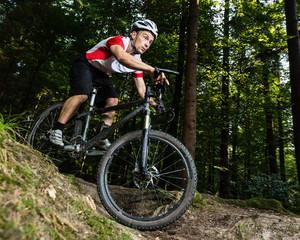 Mountainbiker beim Downhill