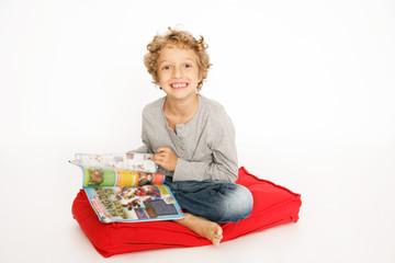 kleiner Junge liest