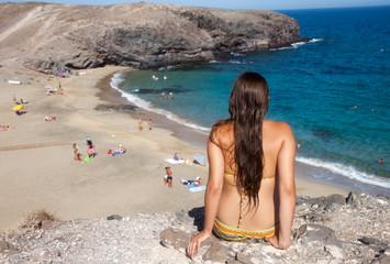 Frau schaut auf Bade-Bucht II