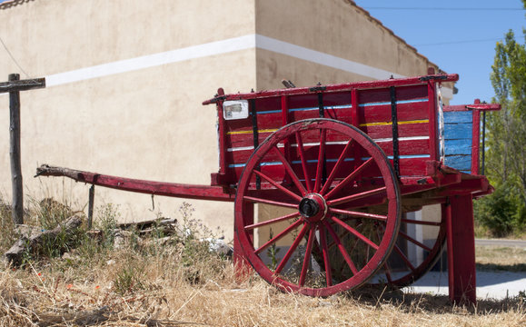 carro viejo de madera rojo