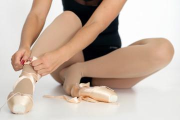Tänzerin bindet ihre Schuhe