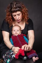 Mutter zieht Baby die Socken an