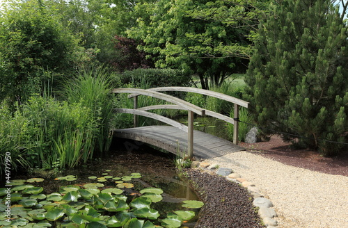 petit pont de bois sur jardin aquatique photo libre de. Black Bedroom Furniture Sets. Home Design Ideas