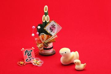 可愛いヘビの親子と門松 正月絆素材