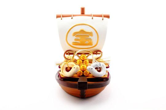 宝船と一対の手作りクラフト 干支人形 白バック 横