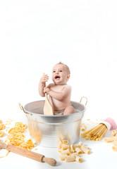 Bambina pentola e pastasciutta