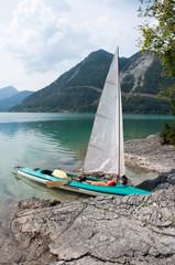 Segelschiff am Ufer