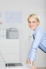 dynamische junge frau im büro