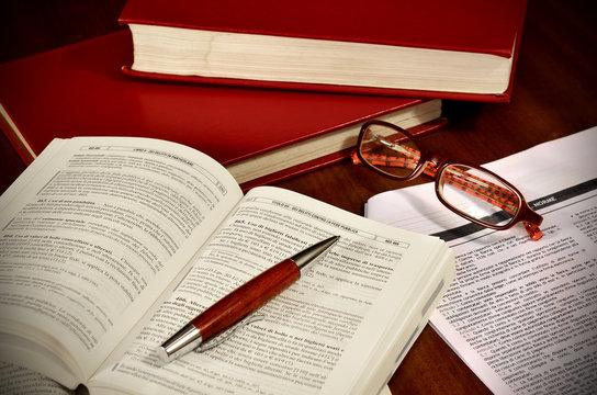 Libri di diritto e codici di legge per avvocato