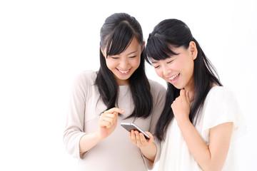 スマート本を見る女の子二人