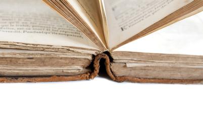 vieux livre ouvert et espace blanc