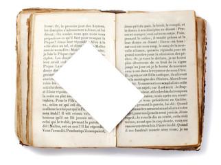 """carte blanche d""""posée sur un vieux livre ouvert"""
