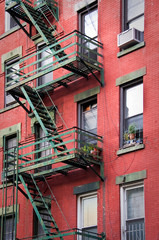 Fototapete - Façade rouge avec escalier de secours - New-York